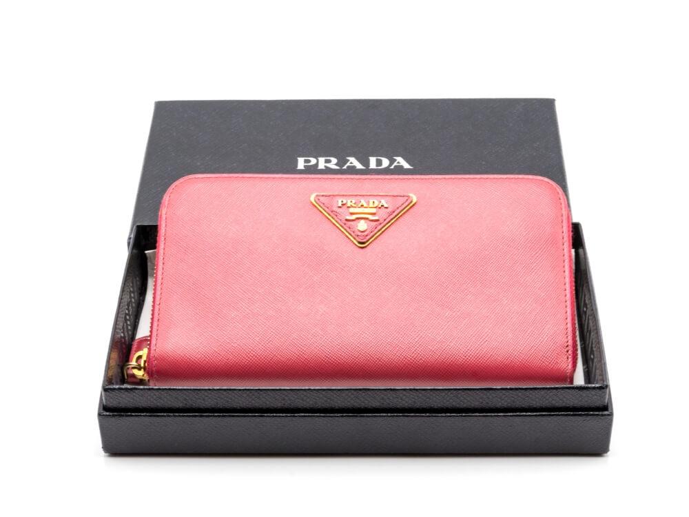 プラダの財布おすすめ9選|新作から人気のリボンの長財布・二つ折りまで